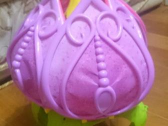 Сказочный цветок, очень красивый, есть подсветка и музыка!  Листья складываются в бутон!  внутри зеркало, кроватка, куколка фея и много что ещё!) есть  феи из другой в Астрахани