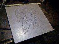 Задумчивая девочка, керамогранит, гравировка, 30 х 30 см, с забавным эффектом За