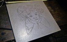 Задумчивая девочка, керамогранит, гравировка, 30 х 30 см, с забавным эффектом