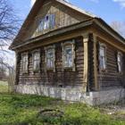 Крепкий бревенчатый дом в жилом селе, на берегу небольшой речки
