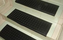 Накладная резиновая ступенька для защиты лестниц от скольжения