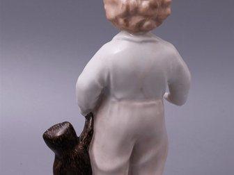 Смотреть foto  Статуэтка Мальчик с мишкой, ЛФЗ, 1940-50 г, 32309991 в Москве