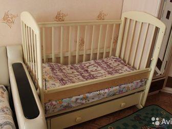 Детская кроватка в хорошем состоянии,  На фото с перекладиной для более старшего возраста,  Система маятник,  Ящик под бельё, Состояние: Б/у в Новосибирске