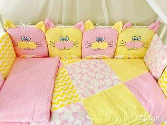 Комплект в кроватку состоит из: • Балдахин 4 метра с юбочкой; • Борта –подушки 12 шт,  Наполнитель: высококачественный холлкон (Материал изготавливающийся по уникальной в Новосибирске