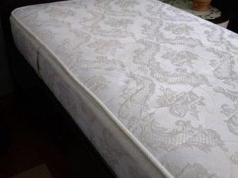 Кровать 800х2000 с ортопедическим матрасом, в отличном состоянии,  Венге,  Тумбочка к кровати продается отдельно - 1500 р,  Забирать в районе Пед,  университета, в Новосибирске