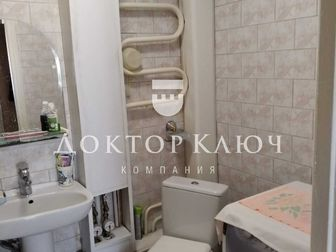 Просторная трёх комнатная квартира,хороший свежий ремонт,окна выходят на две стороны,застеклённый балкон,квартира тёплая, Во дворе,детская площадка,рядом с домом в Новосибирске