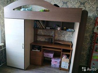 СРОЧНО!!!!кровать- чердак, в отличном состоянии с большим вместительным шкафом,  Спальное место 190см на 80 см!  Матрас в подарок!   Возможен торг! Продаю срочно, в Новосибирске