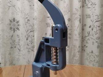 Пресс для установки швейной фурнитуры,  В комплекте две упаковки пуговиц для обтяжки разного размера и сменная насадка (пуансон) для обтяжки пуговиц, Покупала для в Перми