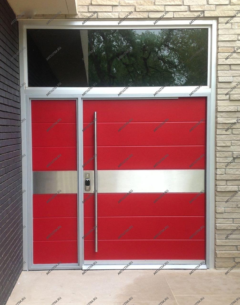 широкая входная дверь в частный дом