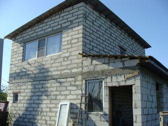 Продается дом 2 этажа 119 м2 стройвариант, ремонт произведен в 2-х комнатах на 2 этаже,  В дом заведен свет и вода, канализация - сливная яма, газ проходи по соседней в Ростове-на-Дону