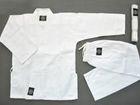 Белое кимоно для занятий по каратэ в идеальном состоянии