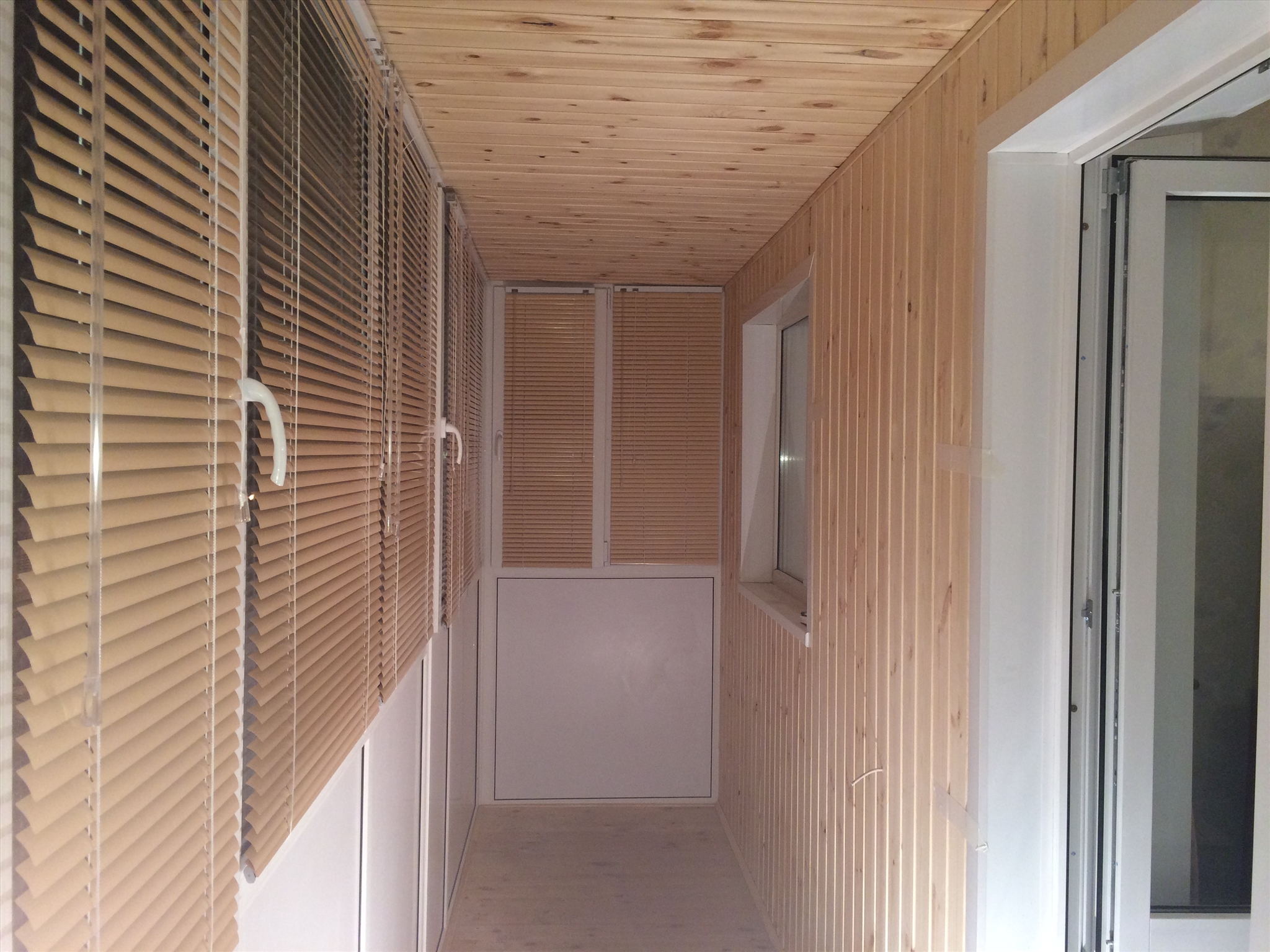 Остекление балконов и лоджий под ключ: от крыши до линолеума.