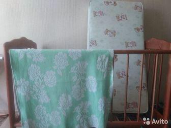 Кроватка-маятник в хорошем состоянии,цвет дуб, Один бортик регулируется по высоте,маятник съемный, В подарок матрац и байковое одеало, Все в хорошем состоянии, Состояние: в Уфе